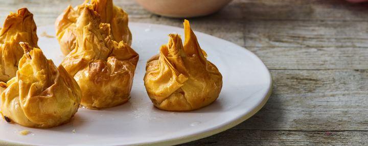 שקיקי פילו במילוי גבינה ופירות יער עם רוטבוניל